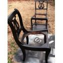 Bombe de peinture noir brillant sur chaises après décapage